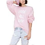 女性のラウンド襟の文字が緩いセーターを印刷