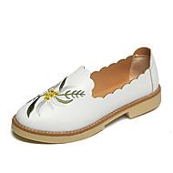 Naiset Kengät PU Kevät Kesä Comfort Valopohjat Sandaalit Tasapohja Avokkaat Soljilla Kukkakuvio Käyttötarkoitus Puku Valkoinen Musta