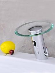 Недорогие -Современный хром латунь датчик стекла смеситель водопад активирована раковины ванной (горячая и холодная)