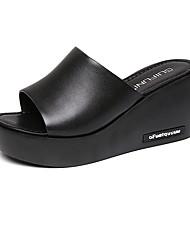 Недорогие -Жен. Обувь Кожа Лето Удобная обувь Тапочки и Шлепанцы Микропоры Круглый носок Стразы Белый / Черный