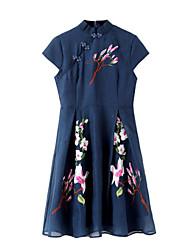 baratos -Mulheres Feriado Temática Asiática Evasê Vestido - Bordado, Floral Colarinho Chinês Altura dos Joelhos / Verão