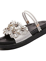 baratos -Mulheres Sapatos Couro Ecológico Verão Conforto Sandálias Sem Salto Ponta Redonda Flor de Cetim Branco / Preto / Rosa claro