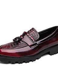 ราคาถูก -สำหรับผู้ชาย สไตล์อินเดียนแดง Synthetics ฤดูร้อนฤดูใบไม้ผลิ ไม่เป็นทางการ รองเท้าส้นเตี้ยทำมาจากหนังและรองเท้าสวมแบบไม่มีเชือก สีดำ / แดง
