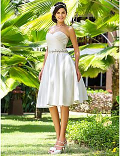 billiga A-linjeformade brudklänningar-A-linje / Prinsessa Hjärtformad urringning Knälång Satäng Bröllopsklänningar tillverkade med Bård / Bälte / band / Korsvis av LAN TING BRIDE® / Liten vit klänning