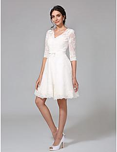billiga A-linjeformade brudklänningar-A-linje V-hals Knälång Heltäckande spets Bröllopsklänningar tillverkade med Rosett / Rosett(er) / Knappar av LAN TING BRIDE® / Illusion