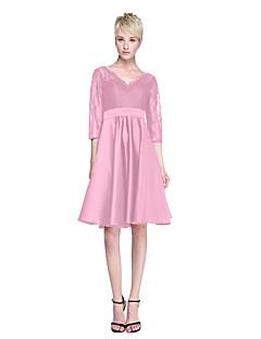 Γραμμή Α Λαιμόκοψη V Μέχρι το γόνατο Δαντέλα Σατέν Φόρεμα Παρανύμφων με Ζώνη / Κορδέλα Πλισέ με LAN TING BRIDE®