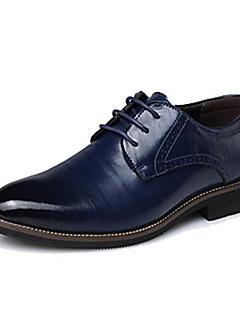 baratos -Homens Sapatos formais Couro / Pele Primavera / Outono Oxfords Preto / Marron / Azul / Festas & Noite